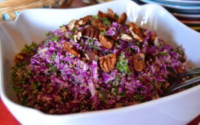 Rød spidskålssalat med quinoa og nødder